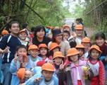 全校學生在竹林古道合影