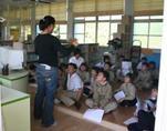 學校老師進行圖書館使用教學