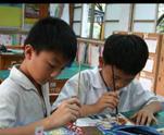 學童進行水彩畫活動